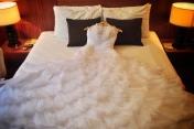 Su vestido de novia en la cama.
