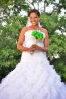 Feliz llevando su traje de novia.